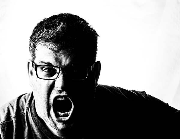 怒りっぽい男性